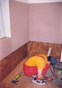 Отделочные работы — самый продолжительный по времени этап. Старательный АудиоСтоповец Николай Бродецкий — ловко прирезает ковролин.