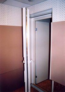 Тамбурный вход обеспечивает суммарную звукоизоляция — 60 дБ. Все двери с двойным контуром уплотнения и с прижимом по всему периметру полотна.