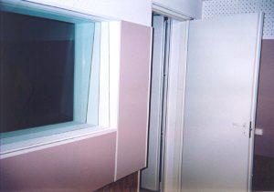 Окно между аппаратной и репетиционной — 3 разнесённых стекла разной толщины, не связанные общей рамой. Толщина стёкол и угол наклона должны быть различными.