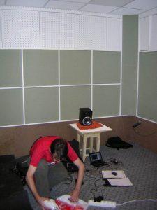 Идёт подготовка к измерению времени реверберации и АЧХ во вновь построенной кабине. В речевой студии для этого достаточно колонки M-Audio, генератора розового шума и миниспектранализатора в паре с компьютером.