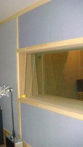 Окно между тон-залом и контрольной комнатой. Три стекла - 15мм + 10мм + 18мм.