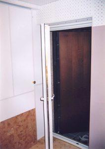 Тамбурный вход с лестничной площадки в помещение репетиционной.