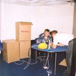В дикторской студии парни клеят ковролин на сделанный нами стол.