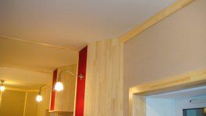 Вид на стык стеновой и потолчной отделки. Лицевая поверхность отделки потолка ткань, за которой 20 см конструкций поглощения.