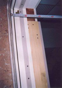 Толщина стен плавающей кабины — 20 см. Основой стены являются разнесённые между собой жёсткие каркасы на основе металопрофиля. Вместе с расстоянием до собственных стен помещения и толщиной слоя внутренней акустической отделки, общая толщина конструкции составляет 40 см. Площадь помещения в чистоте сокращается по отношению к исходной приблизительно на 25% — такова плата за звукоизоляцию.