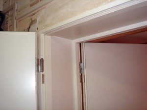 Вход в контрольную - тамбур из двух звукоизоляционных дверей.