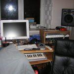 Студия заполнилась оборудованием. Рэки под приборы мы сделали также как и стол из массива бука.