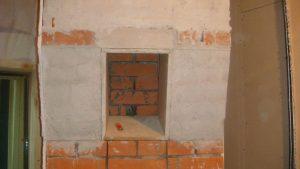 Строительство монолитной колонны из кирпича, с нишей под монитор. Ниша должна быть расположена под определённым углом к позиции звукорежиссёра.