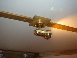 Устройство крепления светильника на тканевой отделке потолка.