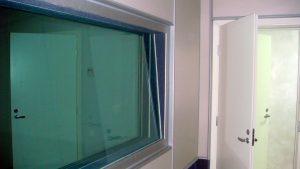 Окно в информационную студию, стёкла 10, 15, 20мм, установлены в несоприкасающиеся между собой рамы