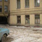Вот вошёл я в обычный Питерский двор и увидел окна будущей студии, те, что на первом этаже.