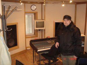Сергей Царский осматривается на своём новом рабочем месте.