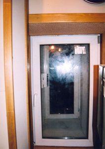 В пространстве между окнами - съёмный щит с доступом в отсек с вентиляционным оборудованием.