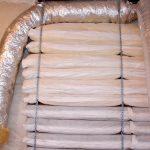 Воздуховод канального кондиционера проходит по периметру потолка и будет выходить через подвесной потолок.