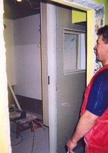 Этапы монтажа дикторской. Окно проедназначено только для того, чтобы смотреть на монитор. Монитор - греется и шумит; а таким образом, его можно вынести за пределы дикторской.