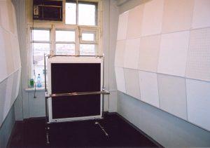 Контрольный монитор устанавливается на передвижной щит. Тем самым сохраняется окно и минимизируются отражения от окна. Ну очень хотелось сохранить окно - работать целый день в замкнутом пространстве - не для тонких натур.