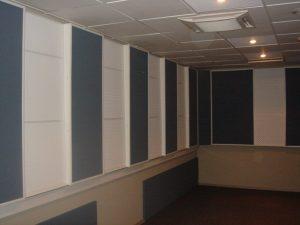 Акустическая отделка теле студии. Все трещащие светильники дневного света были заменены на лампы накаливания.