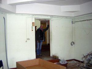 Это будущая задняя стена контрольной комнаты, дверной проём будет смещён ближе к правому углу. А вот напротив видна дверь в комнату органиста.