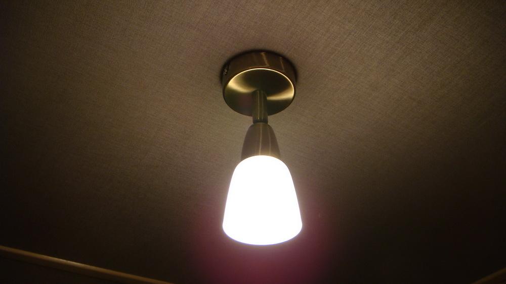 Монтаж светильника на тканевом потолке.