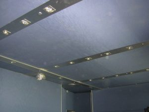 Отделка потолка - акустически прозрачная ткань.