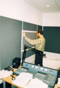 Эфирная студия на Арбат-Радио. Бюджет не позволял реализовать строительство студии по принципу коробка в коробке. В результате все низы (Садовое кольцо) - в микрофоне.