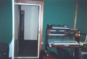 Студия в здании Обшежития Московской Консерватории (оживлённое транспортное движение + в каждой комнате по музыканту) – только многослойный «плавающий» пол способен изолировать конструкцию вокальной кабины от структурных вибраций.