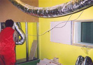 Ловкий мастер осуществляет монтаж короба, в котором расположены шумоглушители вентиляционных входов в кабину.
