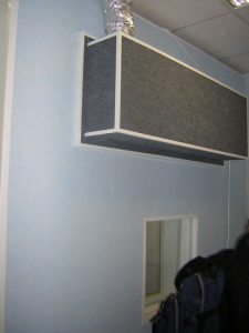 Глушители воздуховодов расположены на боковой стене кабины.