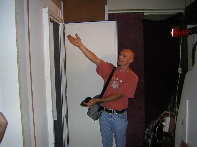 Мастер звукоизоляции пытается показывать кабину лицом.