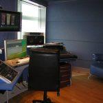 Наконец завершили отделку стола и тогда обнаружился резонанс на частоте 100 - 120 Гц в точке распожения звукорежиссёра.