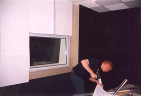 Конфигурация потолка и стен определяет акустический проект, основой которого служит расчёт оптимального времени реверберации. Для аппаратных рекомендуется 0,3-0,5 сек., во всём диапазоне частот.
