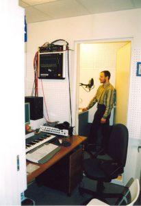 Стоимость звукоизоляции дикторской кабины соспоставима со стоимостью микрофона. Бригадиру в это не венриться(ведь столько было вложено ручного труда) и он пробует свои вокальные данные в эту дорогущую железяку.