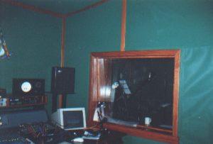 """Большое окно в студийном помещении важно для визуального контакта с вокальной кабиной, но в то же время, являясь отражающей поверхностью, искажает акустику помещения. В """"идеале"""", лучше использовать для этих целей связку видео-глазка с плоским монитором."""
