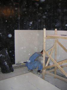 Строительство кабины, виден слоистый пирог на котором установлены стены.