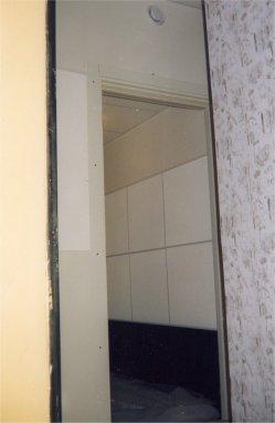 """Остались часы до """"сдачи"""" - над дверью виден диффузор забора воздуха для заглушенной системы приточно-вытяжной системы вентиляции. Диффузор находится прямо напротив, установленного на противоположной стене кондиционера. Таким образом в кабине - практически кондиционированный воздух и чтецы чувствуют себя комфортно на протяжении всего времени работы (сидят в кабине не в трусах)."""