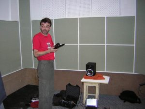 Специалист компании Мастер брусков - Андрей Быков, замеряет минианализатором время реверберации во вновь построенной кабине для продьюсеркого центра NG.