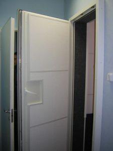 Изнутри дверь в кабину должна быть отделана поглощающим материалом. Плиты Экофон - самое простое решение.