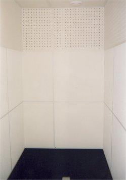 Конечный вид внутренней акустической отделки, обеспечивающей время реверберации не более 0,15 сек, рекомендуемых для речевых кабин.