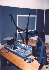 Рабочее место диктора в эфирной студии Арбат Радио.