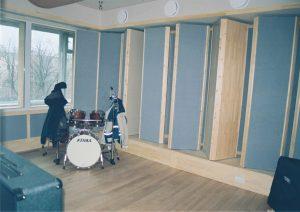 Тон-зал. Вид на стену с элементами переменной акустики.