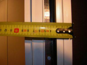 Толщина двери в кабине - 90 мм.