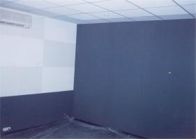 Акустическая ткань закрывает стену, на которой расположены конструкции с рассеивателями