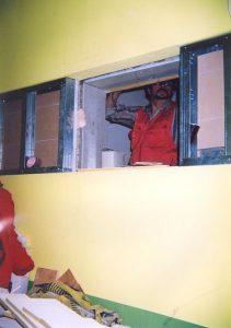 Монтаж окна между дикторской кабиной и аппаратной.