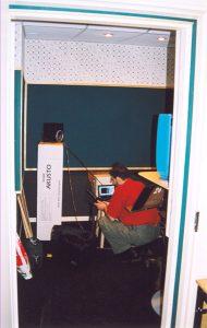 Замеряется АЧХ и время реверберации. SpectraLab на компьютере, в паре с автономным акустическим анализатором позволяют выявить основные проблемы. Здесь они были, но ниже 80 Гц, что для речи на ТВ не значимо.