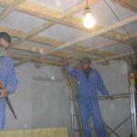 Монтаж разноуровнего звукоизоляционного потолка в тон-зале. Конструкции каркаса жёстко не связаны с несущеми стенами.