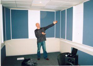 Мастер построил студию.
