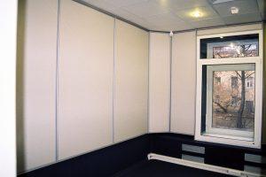 Эфирная студия, видно окно из двух разнесённых между собой стеклопакетов