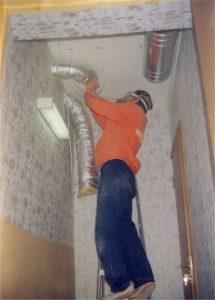 Монтаж заглушенной системы приточно-вытяжной системы вентиляции для кабины, в смежном с ней помещении. Уровень шумов системы вентиляции в кабине не более 15 дБ на частоте 1000 Гц, что позволяет производить запись при постоянно работающей вентиляции.