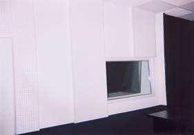 Конечный вид акустической отделки аппаратной. Аппаратная построена по принципу LEDE.