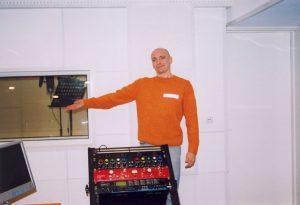 Мастер брусков закончил строительство и звукоизоляцию студии звукозаписи.